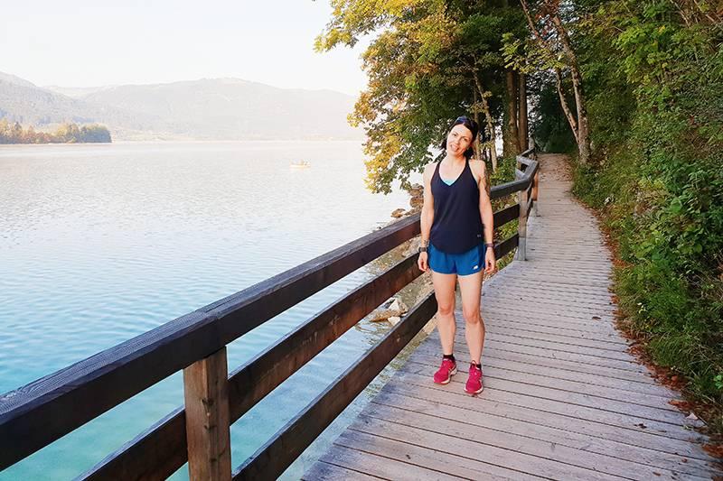 Woman in running gear next to Lake Wolfgang
